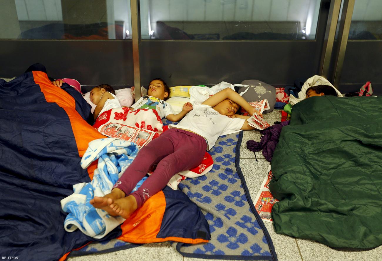 menekult-gyerekek-foldon-alszanak.jpg