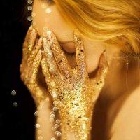 depositphotos_182165534-stock-photo-beautiful-woman-gold-golden-hands.jpg
